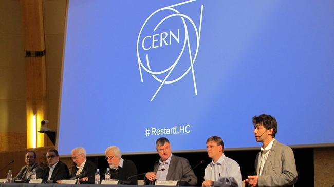 El Director General del CERN, Rolf Heuer, (centro) el Director de los Aceleradores, Frédérick Bordry (tercero desde la izq), y representantes de los experimentos del LHC
